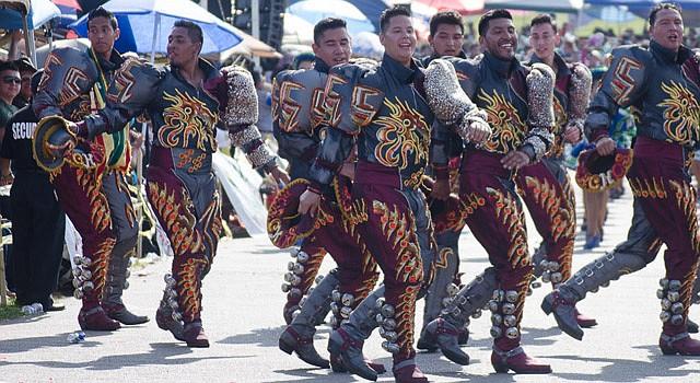 """DANZA. Los """"Machos"""" de la Fraternidad Folklórica Cultural Caporales Universitarios de San Simón de VA, uno de los grupos más grandes de la costa Este."""