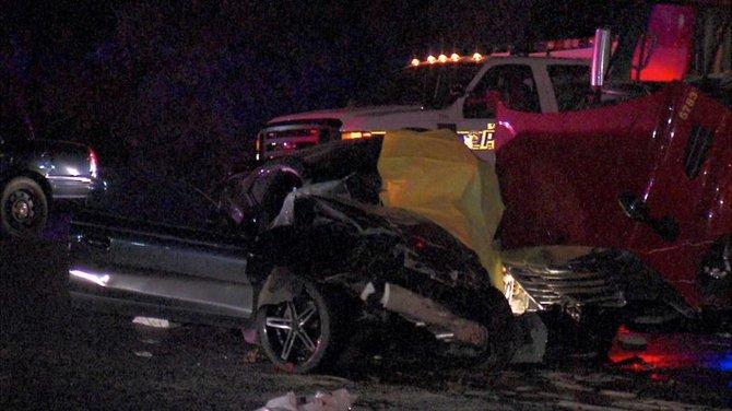 Una mujer murió después de chocar contra un camión de 18 ruedas