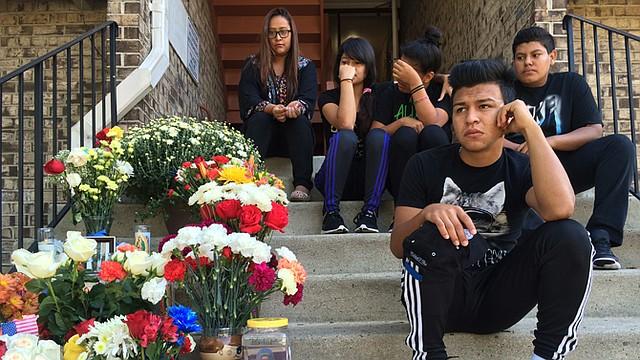 Compañeros de Danny Centeno Miranda en la escuela secundaria Park View en el condado de Loudoun, en Virginia, organizaron una vigilia el domingo 6 de septiembre en memoria de su compañero. También levantaron un altar sobre las escaleras sobre las que encontraron el cuerpod e Centeno herido de dos balazos, el viernes 4.