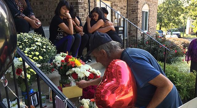 El domingo 6 de septiembre, un vecino deposita un sobre en un altar improvisado sobre las escaleras que conducen a la casa donde vivía Danny Centeno Miranda, en el condado de Loudoun, Virginia. Centeno cayó sobre estas escaleras luego de recibir dos disparos por la espalda, el viernes 4.