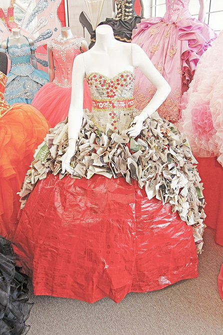 Una de las novedades que se ofrece en la boutique son los vestidos de reciclaje, como este de periódico, que por ciento tiene parte de nuestro periódico SemanaNews. Benítez espera que algún día una chica se anime a lucirlo en su fiesta para dar un mensaje de protección al medioambiente.