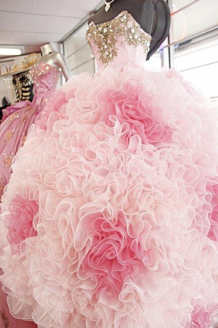 En la boutique, las futuras quinceañeras pueden escoger entre una serie de vestidos de todos los colores y diseños.