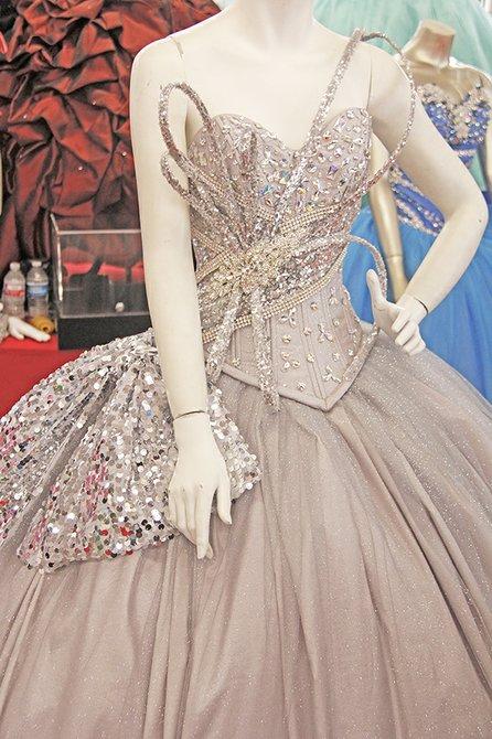 El modelo plateado es una creación que estuvo inspirada en la cantante Lady Gaga, la pedrería es uno de los mayores atributos de este vestido, que ha impresionado a muchas jóvenes que buscan algo diferente para su fiesta.