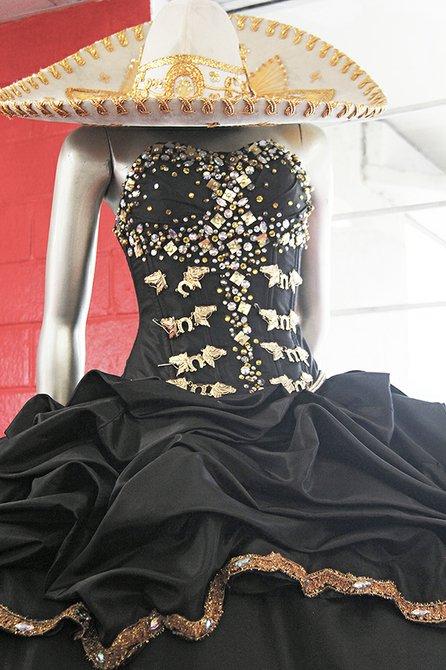 La originalidad es parte del talento del diseñador que tiene este modelo con detalle del tradicional vestido de charro en el bordado y es en color negro con dorado algo que lo hace elegante y único.