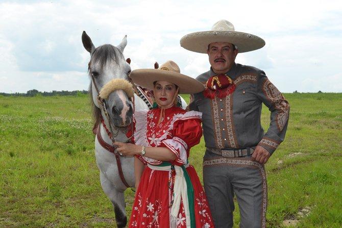 Orgullosos de sus raíces mexicanas, Isaac y Mariseli Castro conversan sobre la importancia de ser hispano en los Estados Unidos.