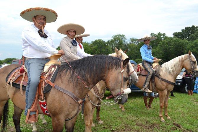 Amigos y familiares conversaron sobre la importancia del traje charro, las diferentes razas de caballos entre otros datos.
