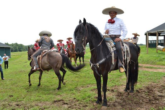 """Abelardo Sandoval, el instructor y caporal del rancho dijo """"la belleza de una mujer montando a caballo es hermoso""""."""