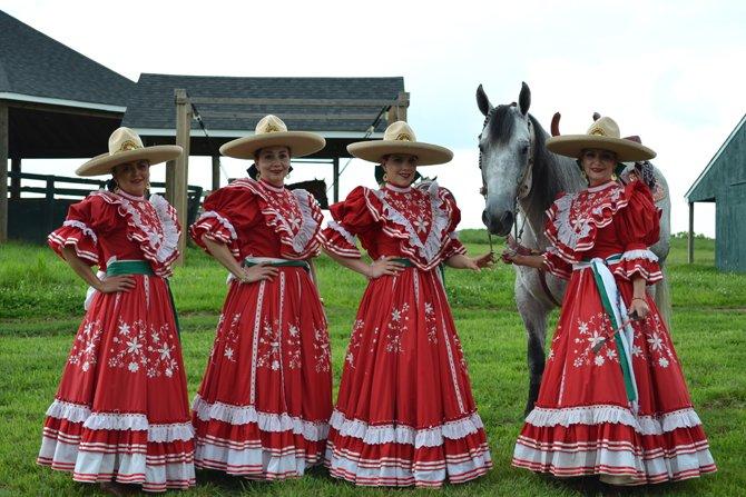 Las Amazonas de El Dorado, dando una descripción sobre su vestimenta y cómo se monta un caballo.