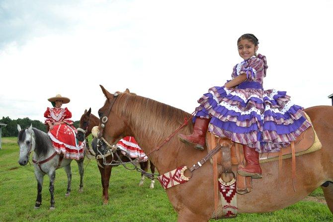 """""""Me siento feliz cuando me subo al caballo"""" dijo Mariana Briones de 6 años de edad."""