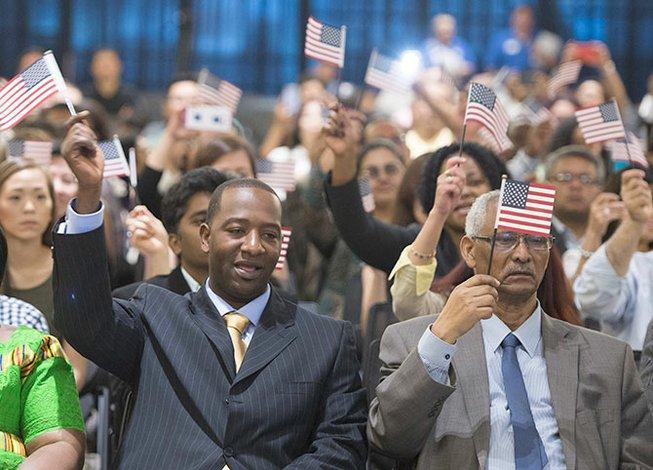 Miles solicitan la ciudadanía
