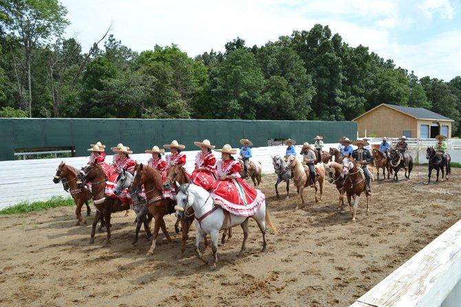 Dando inicio a la fiesta con el desfile de las Amazonas y los Charros montados en sus caballos.