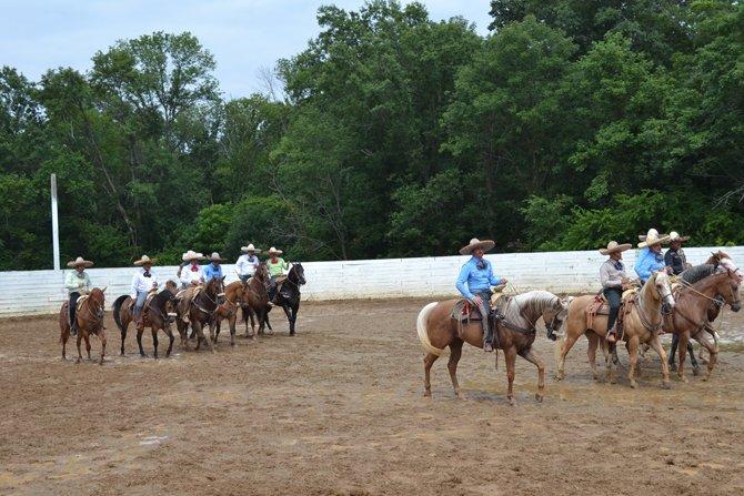 Los charros saludando al público para luego mostrar sus habilidades sobre sus caballos.