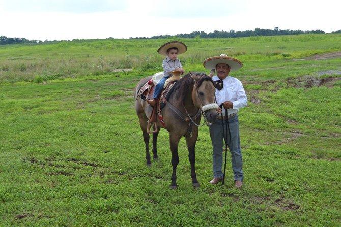Después de la fiesta charra, los pequeños quieren montar los caballos de sus padres y pasear por los terrenos.