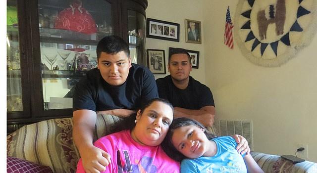 JUNTOS. Lenka Mendoza, en Virginia, abraza a su hija Fiorella, de 9 años, nacida en EE.UU. Atrás sus hijos Carlos de 18 años y Alejandro, de 20, dreamers con DACA.