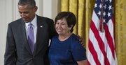 El presidente de Estados Unidos Barack Obama entrega el jueves 10 de septiembre de 2015, la Medalla Nacional de Humanidades a Vicki Lynn Ruiz, por sus contribución como historiadora.  Obama entregó 21 medallas de arte y humanidades durante este evento en la Casa Blanca.