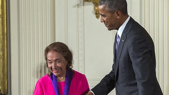 El presidente Barack Obama entrega la Medalla Nacional de Artes a Mirian Colón por su contribución como actriz.