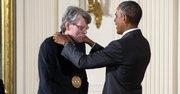 El presidente Barack Obama entrega la Medalla Nacional de Artes al escritor Stephen King.