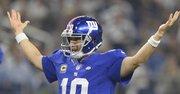El quarterback  de New York Giants Eli Manning reacciona ante el touchdown de su compañero Rashad Jennings frente a Dallas Cowboys el 13 de septiembre de 2015.