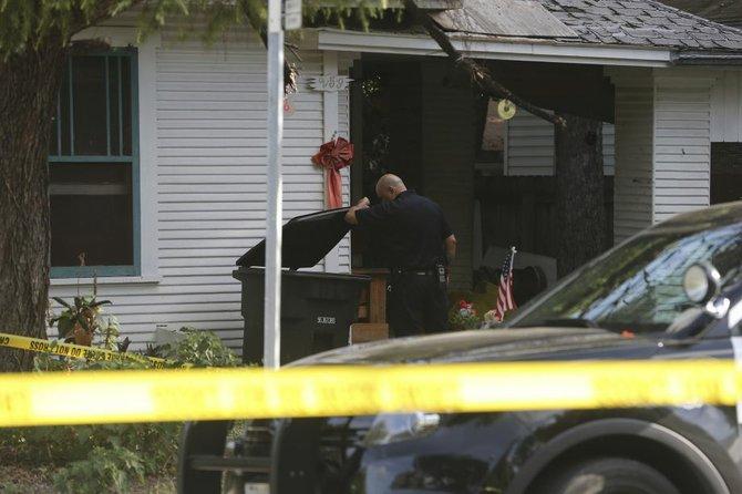 Un hombre fue hallado muerto en un porche al suroeste de la ciudad