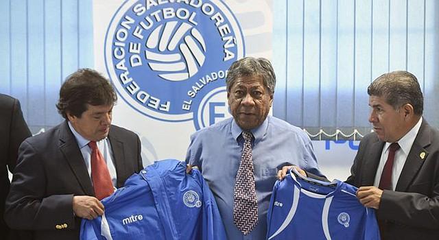 El técnico de la selección de fútbol de El Salvador, el hondureño Ramón Maradiaga (centro), asegura que buscará nuevos jugadores para enfrentar a México.