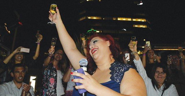 Con champaña en mano, Claudia Sandoval celebra con familiares y amistades el haber ganado MasterChef el 16 de septiembre.
