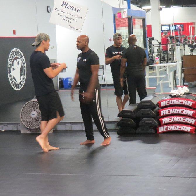 Entrenadores y alumnos en el área de boxeo en Team Eckenrode.