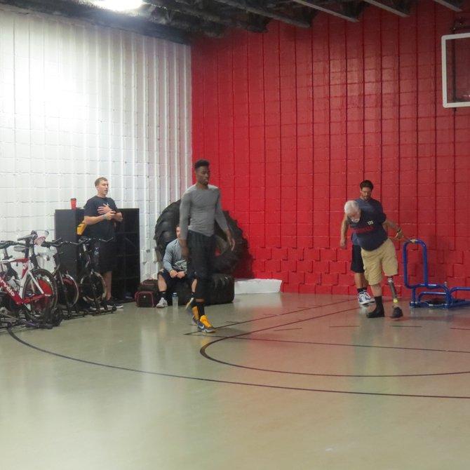 Una media cancha de baloncesto para la formación y desarrollo de jugadores.