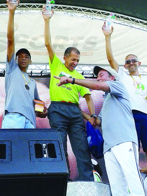 El alcalde del municipio caraqueño de Baruta, Gerardo Blyde (der.), sonríe con Héctor Porras (centro) y los dos corredores que le acompañaron en el podio en una carrera en esa localidad.
