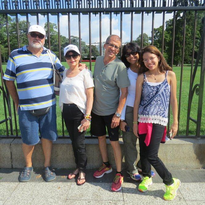 Héctor Porras Rojas (centro) posa frente a la Casa Blanca con su esposa, hija, hermana y cuñado en una reciente visita a Washington, DC.