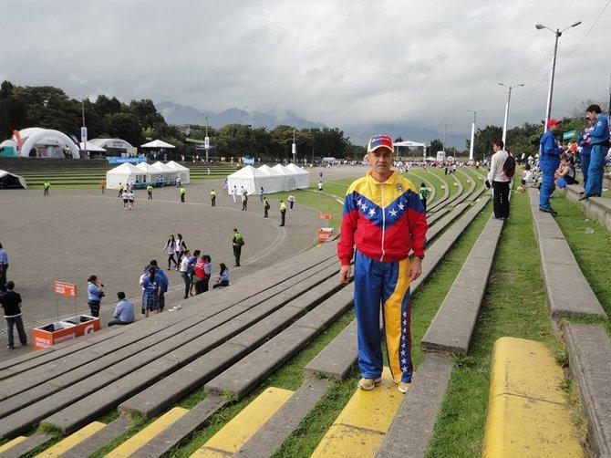 Héctor Porras Rojas trajeado con los colores amarillo, azul y rojo de la bandera de Venezuela en una reciente competencia internacional.