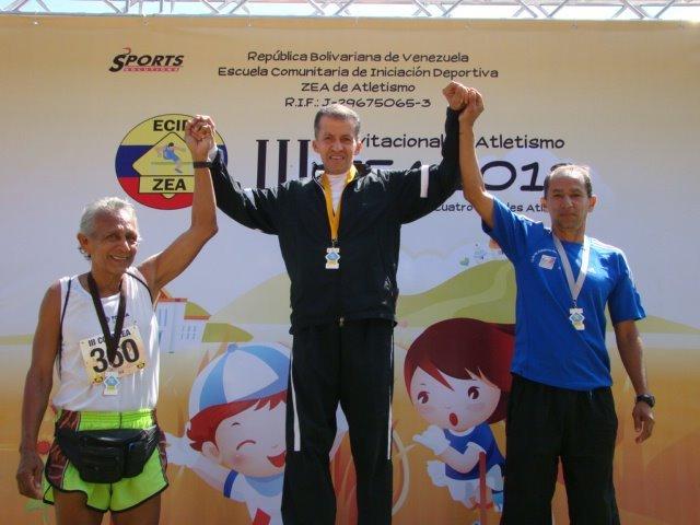 Héctor Porras (centro) después de la premiación en una prueba máster en venezuela.