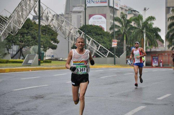 Héctor Porras se acerca a la meta en los alrededores de la Plaza Venezuela en una carrera en la ciudad de Caracas.