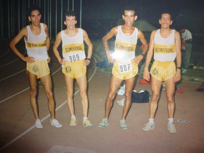 Héctor Porras (2do. izq) juntoa a José Carmona, Larry Sánchez (der.) y otro corredor cuando formaron parte del equipo del Diario El Universal a finales de la década de los 80's.