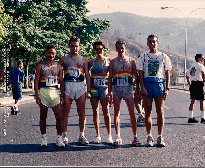 De izq. a der.: Daniel García, Miguel Guilarte, Judith Tortolero, Héctor Porras y Jaime Acuña, miembros del equipo de maratonistas de la C.A. Metro de Caracas en una carrera en la capital venezolana.