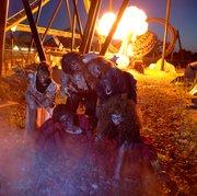 Los zombies se pasean por todo el parque temático Six Flags America en Fright Fest.