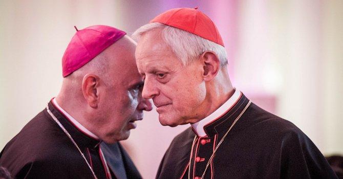 El cardenal Wuerl escucha al obispo auxiliar de Washington, Mario Dorsonville, durante la gala del Centro Católico Hispano el 3 de octubre en Washington.