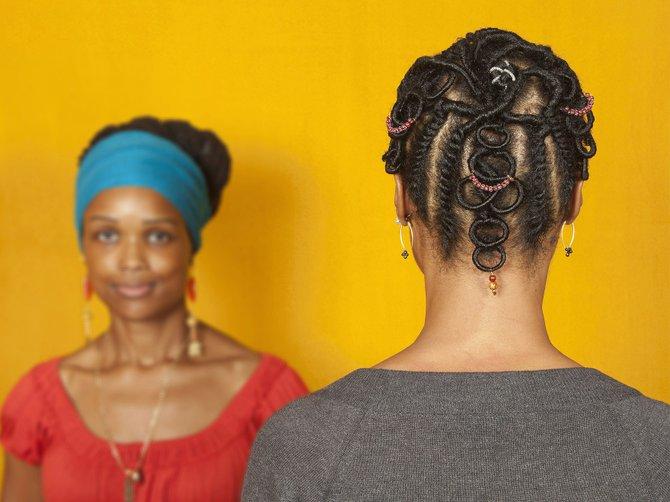 """Exhibición """"Crafted: Objects in Flux"""": Esta exposición será la inspiración del Fall Open House del museo. Presenta la evolución y los cambios dramáticos que han tenido los artistas contemporáneos en años recientes, y contará con la presentación artística de Sonya Clark, con su trabajo """"Hairdressers are my Heroes"""". Participando con ella, la estilista bostoniana Kathy Montrevil se encargará de convertir el cabello de Clark en un peinado africano basado en una escultura de la colección. Esta representación se llevará a cabo durante todo el día, de 10 am a 4 pm, en la galería 171."""