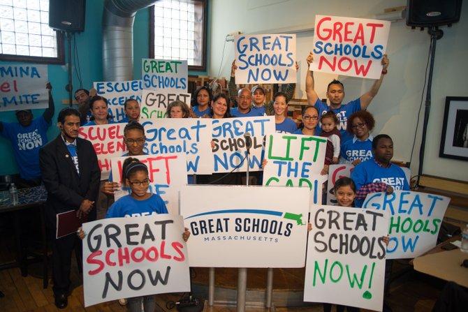 Padres y líderes comunitarios de Lawrence exigen medidas urgentes para cambiar las limitaciones sobre las escuelas públicas charter.