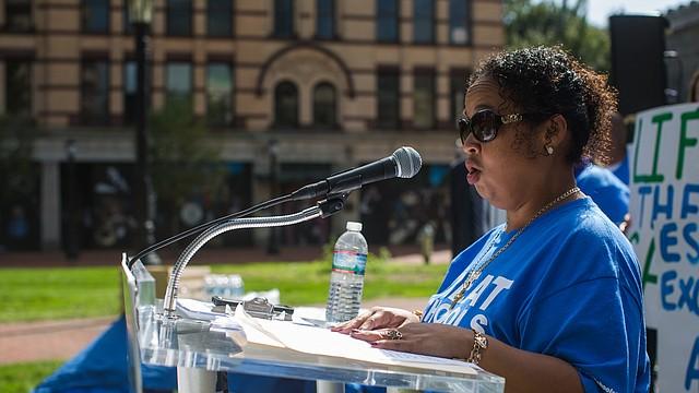 """""""Estoy aquí hoy porque la gran educación que reciben los estudiantes en las escuelas públicas charter tiene que ser disponible para más niños y no debe limitarse a un pequeño número de familias que ganaron cupos en la lotería"""", dijo Michelle Hernandez, madre de Springfield que desea enviar a sus hijos a escuelas públicas charter."""