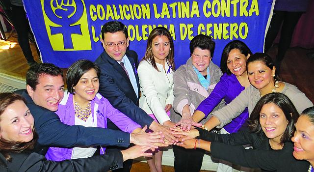 UNIDOS. Miembros de organizaciones que asisten a víctimas de violencia doméstica, junto a cónsules de México, El Salvador, Ecuador y Uruguay, el 6 de octubre en DC.