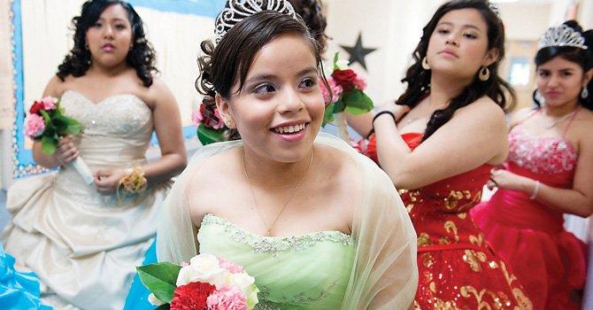 ALEGRIA.María López Garcia y otras 12 jovencitas participaron en Mis Quince Años, un programa que tuvo lugar en el Centro Comunitario de Langley Park en Prince George's, Maryland