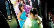 LIMUSINA. Las jóvenes y los jóvenes que participaron en la gran fiesta de quinceañeras en Langley Park se disponen a subirse a una limusina autobús.