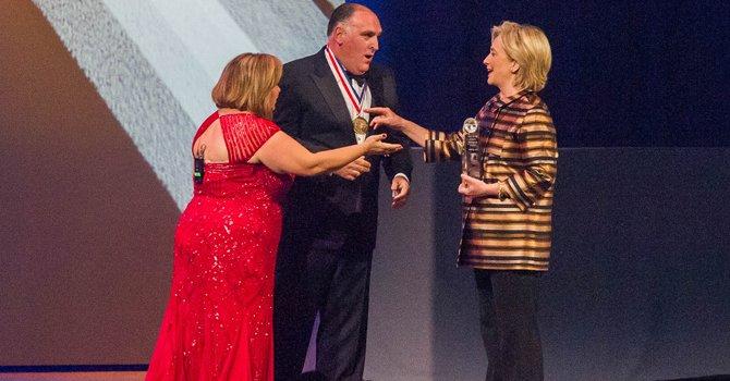 """Hillary Clinton, el Chef José Andrés y el """"basta"""" de los hispanos"""