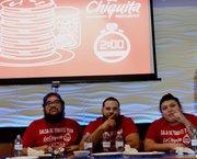 """El grupo """"salsa"""" conformado por Chisto Monolac, Elvis Alvarenga y Anthony Alvarenga se devoraron en los dos minutos del juego 19 pupusas revueltas y ganaron la primera eliminatoria del concurso Comelones de Pupusas."""