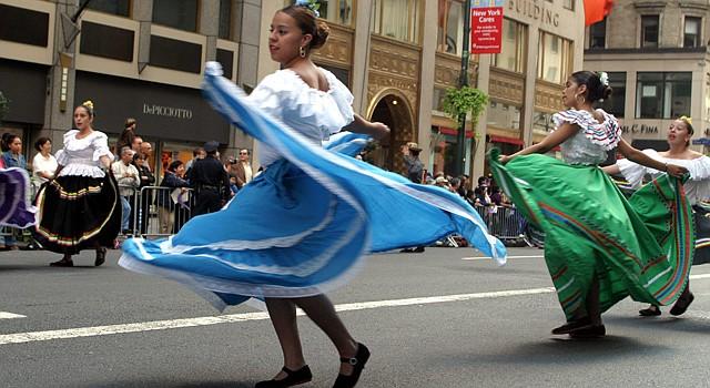 Bailarinas en la celebración del Día de la Hispanidad durante el desfile en la Quinta Avenida donde participaron carrozas de todos los países Iberoaméricanos el domingo 11 de octubre de 2015.