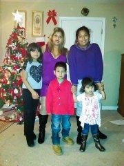 Reyna Torres con sus cuatro hijos antes de ser diagnosticada.