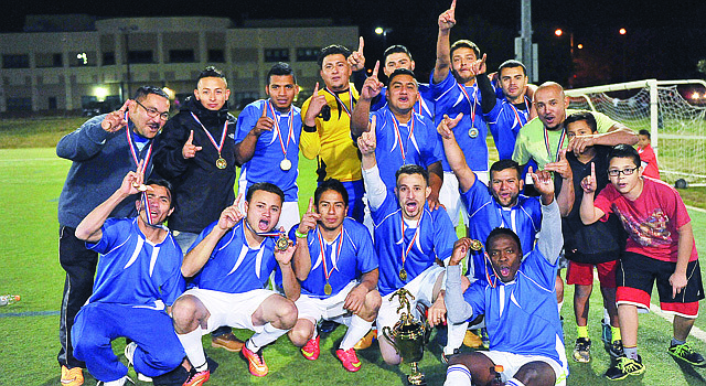 Jugadores, técnicos y amigos del Gunston FC celebran con la Copa y sus medallas después de derrotar en la final al Milan USA, el viernes 16 de octubre de 2015 en Arlington, VA.