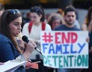 La coordinadora del grupo Raíces, Amy Ficher durante una manifestación para poner fin a deportaciones el jueves 22 de octubre 2015, en Washington DC. Decenas de inmigrantes se manifestaron para pedir al presidente Barack Obama que frene las deportaciones y eche el cerrojo a los centros de detención para indocumentados,