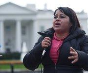 La inmigrante María Rosa López habla durante una manifestación para poner fin a deportaciones el jueves 22 de octubre 2015, frente a la Casa Blanca en Washington.