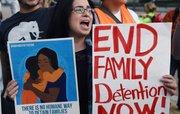 Una mujer sostiene una pancarta durante una manifestación para poner fin a deportaciones el jueves 22 de octubre 2015, en Washington.